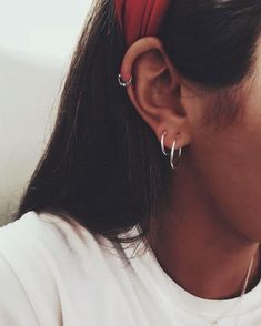 46 Ear Piercings for Women Beautiful and Cute Ideas Ear piercings are always hot! In other words, they can make you look totally different from the rest. Ear piercing is not just limited to the standar… Ear Piercing For Women, Piercing Face, Piercing Tattoo, Piercings Bonitos, Ear Peircings, Cute Ear Piercings, Ear Piercings Helix, Helix Hoop, Double Cartilage Piercing