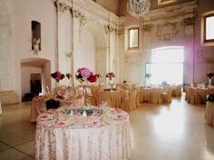 La Navata si arricchisce di #rosa. #Nozze fiabesche. #allestimento #matrimonio #tavola #piatti #tovaglioli #decorazioni #nastri #argenteria #fiori #rose #sala #pranzo #nuziale www.castellodegliangeli.com