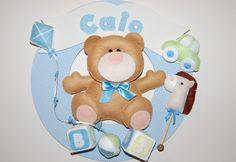Enfeite de porta moldura em MDF forrada com tecido Com aplicação em feltro do urso e nome do Bebê.  Desenvolvemos outras cores e temas e outros produtos, consulte-nos. **o produto pode sofrer pequena variação de cor**  Para outras cores prazo : 30 dias R$150,00