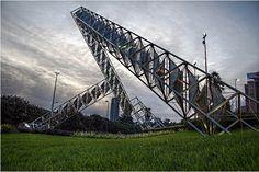 Abra Solar, escultura ubicada en Plaza Venezuela, Caracas, Venezuela