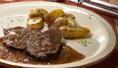 Viele kennen ihn noch von sonntags zuhause: der pikante Zwiebelbraten in würziger Rotwein-Bratensauce und knusprigen Ofenkartoffeln. Wenn du jetzt auch schon mächtigen Hunger verspürst, hast du hier gleich das Rezept zum Nachkochen.