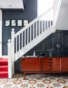 〚 Not a typical English design in a classic Edwardian house 〛 ◾ Photos ◾Ideas◾ Design Edwardian Staircase, Edwardian Hallway, Edwardian Architecture, Edwardian House, 1930s House, Dark Blue Hallway, Dark Blue Walls, House Staircase, Staircase Design