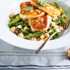 Asparagus and chickpea salad with grilled halloumi cheese Salad Recipes, Vegan Recipes, Cooking Recipes, Ricardo Recipe, Grilled Halloumi, Chickpea Salad, Love Food, Entrees, Meal Planning