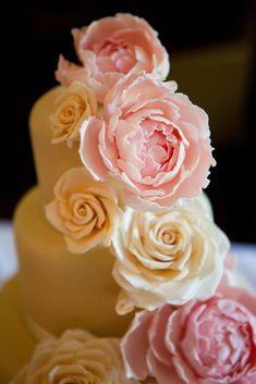 Romantische Bruidstaart Huize Bergen in Vught met prachtige grote suiker rozen en pioenrozen. Bergen, Studio, Rose, Pink, Studios, Roses, Mountains