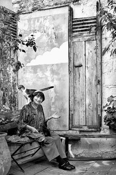 Agnes Varda, French New Wave filmmaker & documentarian Agnes Varda, Francois Truffaut, French New Wave, Cat Photography, Cat People, Film Stills, Cat Art, Michelangelo Antonioni, Filmmaking