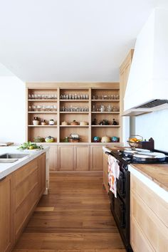Large kitchen with oak cabinetry in Cap Cod style home. Layout Design, Küchen Design, House Design, Kitchen Living, New Kitchen, Cape Cod Kitchen, Living Room, Apartment Living, Kitchen Ideas