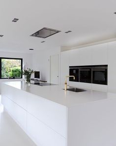 White dream of a kitchen! Clear lines, small details, huge space and minimalism makes this kitchen beautiful. White dream of a kitchen! Clear lines, small details, huge space and minimalism makes this kitchen beautiful. Best Kitchen Designs, Modern Kitchen Design, Interior Design Kitchen, Modern Interior, Interior Architecture, Diy Interior, Modern Luxury, White Contemporary Kitchen, White Kitchen Interior