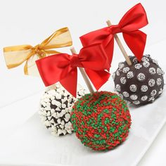 Christmas Chocolate-Covered Caramel Apples Edible Christmas Gifts, Edible Gifts, Christmas Sweets, Christmas Goodies, All Things Christmas, Gourmet Caramel Apples, Apple Caramel, Chocolate Covered Apples, Chocolate Dipped
