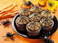 Durf jij ze te eten? #Spinnenweb #cupcakes. Je maakt ze van #chocolade cupcakes en oranje glazuur. Leuk voor de #herfst of voor een #Halloween feestje. Klik op de foto voor het #recept.