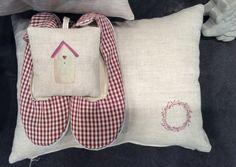 Scarpette tessili , quadretto e cuscino con coroncina