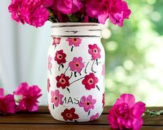 Mason Jar Ideas for Summer . Mason Jar Crafts, Decor and Gifts, Centerpieces and DIY Projects With Jars That Are Perfect For Summertime. Fun and Easy Lights, Cool Vases, Creative of July Ideas Mason Jar Art, Pot Mason Diy, Mason Jar Gifts, Mason Jar Vases, Glass Jars, Mason Jar Painting, Pink Mason Jars, Bottle Painting, Jar Crafts
