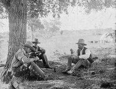 This picture was taken in and shows a group of Texas Cowboys pausing for lunch. The men are eating canned tomatoes. Both canned tomatoes and canned peaches were cowboy favorites on the range. Old West Photos, Texas Cowboys, Into The West, Cowboy Art, Cowboy Boots, Texas History, Le Far West, Great Photographers, Mountain Man