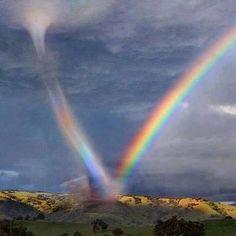 Il tornado che si abbraccia con l'arcobaleno