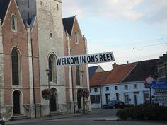 Het spandoek van de pastoor van Reet ter gelegenheid van de 'Brooikensdag' 2011.  Foto: Frank Muhring