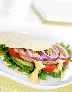 Svin tikka pita   www.greteroede.no   www.greteroede.no Salmon Burgers, Healthy Eating, Healthy Food, Nom Nom, Sandwiches, Healthy Recipes, Healthy Dinners, Food Porn, Good Food