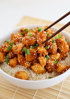 Crispy Baked Honey Garlic Chicken – Chicken bites in a sticky honey-Sriracha sauce are a weeknight meal or party appetizer! Thecomfortofcooking.com
