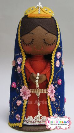 BOneca Nossa Senhora Aparecida, confeccionada em feltro Faith Crafts, Felt Decorations, Felt Christmas Ornaments, Handmade Felt, Felt Dolls, Felt Art, Kirchen, Fabric Dolls, Toddler Toys