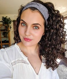 Transform Your Curls With This Easy and Inexpensive Curly Hair Routine – Frisuren lockig Curly Hair Styles, Curly Hair Tips, Curly Hair Care, Long Curly Hair, Natural Hair Styles, Curly Hair Headband, Headband Hairstyles, Diy Hairstyles, Tie Headband