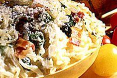 La cuisson au micro-ondes vous permettra de gagner ici un temps précieux. Garni de brocoli, de bacon et d'une sauce à la crème au parmesan, ce plat exquis vous fera découvrir une nouvelle façon de déguster la courge.