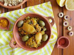 Skvělá výrazná citronová chuť, vůně marockého koření a bylinek, měkké a šťavnaté maso, zelené olivy jako třešnička na dortu. Když jsem toto jídlo poprvé ochutnala v Maroku, překvapilo mě, kolik chutí se vejde do jednoho talíře. A bylo mi jasné, že kombinaci kuřecího masa s citrony a zelenými olivami jsem si rozhodně nedala naposledy. Black Eyed Peas, Slow Cooker, Food, Lemon, Fine Dining, Essen, Meals, Crock Pot, Yemek