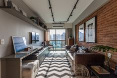 Assinado pelo arquiteto Leandro Neves, este apartamento no Rio de Janeiro aposta em uma decoração moderna com clima urbano