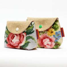 Makeup bags made from vintage needlepoint combined with burlap. Modern Tapestries, Pouch Bag, Pouches, Embroidery Bags, Macrame Bag, Romantic Roses, Bag Making, Needlepoint, Purses And Bags