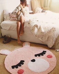 Child carpet of Trapillo model Teo bear head by SusiMiu on Etsy Cute Crochet, Crochet For Kids, Crochet Toys, Crochet Baby, Animal Rug, Knit Rug, Crochet Carpet, Crochet Purse Patterns, Nursery Rugs
