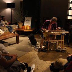 先日渋谷の駅前で見かけてその素晴らしいピアノにすっかりファンになってしまったサミエルさんボストン出身のミュージシャンです弾いているピアノは手づくり割り箸製です ドラやドラム鈴も仲間  ふだんは路上がステージのサミエルさんが超商業空間伊勢丹メンズ館8Fの秘密の部屋にお邪魔してのライブでした CDもリリースしてます #music解放区 #music解放区_wsofartokyo #ライブ#chopstic #sofartokyo #sofarsounds #isetan #リビング #インテリア #チャーリーバイス #小山薫堂 #サロンドシマジ #サミエル #samiel by takanotebook