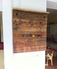 porte manteau mural en palettes de bois récupérées de style industriel
