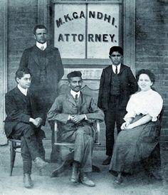 Gandhi sentado con su secretaria personal, Sonia Sclesin y el Sr. Polak en Johanesburgo