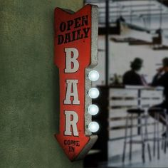 Give any room flair with this Vintage LED Bar Open Daily Marquee Plaque. Its throwback look and marquee bulbs will take your decor back in time in high style! Marquee Sign, Marquee Lights, Pc Gaming Setup, Classic Bar, Bar Led, Man Cave Bar, Led Signs, Wall Signs, Vintage Room
