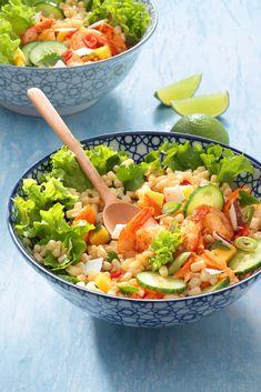 Enfin l'été est là avec sesdéjeuners au soleilet ses belles salades composées.Nous avons eu envie d'exotisme pour changer des sentiers battus. Du coup nous sommes passés en mode Thaïe pour nous régaler autrement. Découvrez cette très jolie... Plant Based Recipes, Guacamole, Coco, Cobb Salad, Serving Bowls, Salsa, Food And Drink, Healthy Recipes, Healthy Food