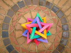 Estrela de origami composta de 5 tetraedros entrelaçados.  Modelo de Thomas Hull.