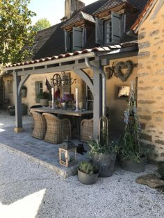 Back Porch Ideas – If you have a back porch, you probably have been as guilty as the rest of us by not doing much to provide a welcoming environment. Your back porch should receive the same l… Patio Pergola, Casa Patio, Backyard Patio, Backyard Landscaping, Patio Stone, Patio Privacy, Flagstone Patio, Concrete Patio, Patio Table