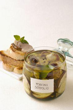 Funghi porcini sott'olio in conserva : Scopri come preparare questa deliziosa ricetta. Facile, gustosa e adatta ad ogni occasione. Questo conserve e confetture ha un tempo di preparazione di 25 minuti.