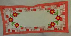 Jogo de cozinha composto por puxa-saco e caminho de mesa, em tecidos algodão nacionais, forro em algodão crú. tamnho do trilho é de 45X 98 Puxa-saco 30 X 59 R$ 80,00