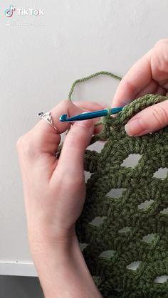 Diy Crochet Projects, Crochet Bag Tutorials, Crochet Flower Tutorial, Crochet Instructions, Crochet Crafts, Easy Crochet, Knit Crochet, Crochet Stitches Free, Crochet Stitches For Beginners