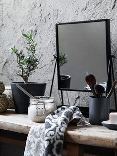 BLÄDJAN handduk, FRYKEN burk med lock, set om 3, KARMSUND bordsspegel, INGEFÄRA kruka med fat (här målad med svart krukfärg), MJÖSA tandborstmugg, EKOLN tvålkopp, KORKEN burk med lock.