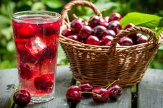 Tart cherry juice promises multiple health benefits, including reduced muscle soreness post-workout, alleviation of arthritis pain and improved sleep. Tart cherries contain compounds, including antioxidants and melatonin, which give them their powerful an Yummy Drinks, Healthy Drinks, Healthy Recipes, Healthy Fit, Eating Healthy, Healthy Habits, Cherry Tart, Cherry Drink, Cherry Lemonade
