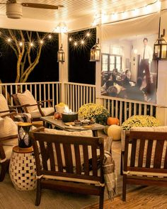 Step-by-step tutorials to make a DIY outdoor movie theater and s'mores station from a coffee table + fall outdoor decorating ideas. Outdoor Movie Screen, Outdoor Movie Nights, Burlap Roman Shades, Decorating On A Budget, Sunroom Decorating, Spring Home, Room Paint, Diys, Outdoor Decor