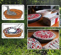 Diese Platten kann man als Untersetzer auf dem Tisch, aber auch wunderbar im Garten als Trittsteine benutzen. Material: Betonmischung aus dem Baumarkt Mosaiksteine, Kieselsteine, Dekosteine Blumentopfuntersetzer aus Plastik oder aufgeschnittene Milchtüte Rührt in einem Eimer so viel Beton an, wie ihr in einer Stunde verarbeiten könnt. Gießt jeweils ca. 5 cm dick den Beton in …