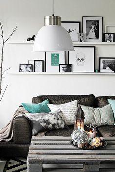 szaro-turkusowa aranżacja z paletami,meble z palet,aranżacje z paletami,meble z recyklingu,pomysły z paletami,jak urządzić wnętrze z paletami,siedziska z palet,sofa z palet,aranżacja w szarym kolorze,ozdobne szare poduszki
