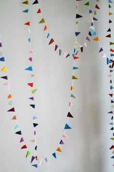 Süße bunte Girlande mit Dreiecken aus Filz, Party dekorieren / party decoration: felted garland with colorful triangles made by Papelami via DaWanda.com