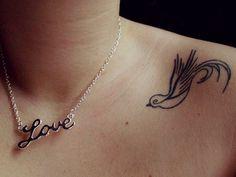 tatuagem feminina nos ombros  pássaro