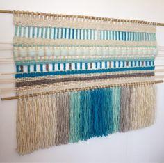 Tapices, telares y cojines elaborados con lanas naturales del sur de Chile... diseños exclusivos y contemporáneos que aportan elegancia y calidez a tus ambientes. Weaving Textiles, Weaving Art, Loom Weaving, Hand Weaving, Textile Design, Textile Art, Tapestry Loom, Rope Art, Thread Art