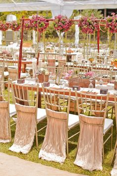 Get inspired: A simple outdoors wedding tablescape with gorgeous flower decor!
