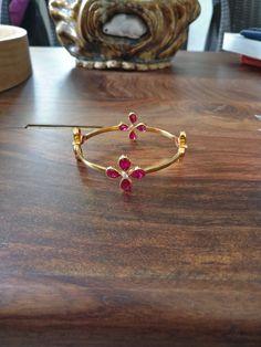 Gold Bangles For Women, Gold Bangles Design, Gold Bracelet For Women, Gold Jewellery Design, Gold Jewelry, Light Weight Gold Jewellery, Women Jewelry, Jewelry Design Earrings, Gold Earrings Designs