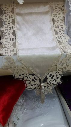 This Pin was discovered by Ayn Table Runner And Placemats, Burlap Table Runners, Lace Table, Quilted Table Runners, Hand Embroidery Designs, Ribbon Embroidery, Linens And Lace, Christmas Sewing, Decoration Table