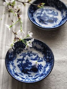 青絵印判のオランダの小皿 : sucreの店 Cobalt Blue, Favorite Color, Bowls, Pottery, Plates, Tableware, Serving Bowls, Ceramica, Licence Plates