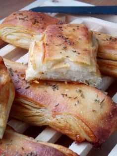 Pain feuilletée au roquefort I Love Food, Good Food, Bread Recipes, Cooking Recipes, Savory Pastry, Salty Foods, Exotic Food, Buzzfeed Food, Appetisers